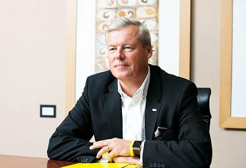 <b>ハルトムート・イエナー会長兼CEO</b><br />1965年生まれ。1991年、独アルフレッド・ケルヒャー入社。2001年同社会長兼CEOに就任。2008年9月、ケルヒャージャパン会長を兼任。(写真:的野 弘路)