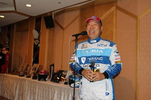 <b>田嶋伸博 (たじま のぶひろ)</b>氏<br /> レースの走りとその風貌から「モンスター田嶋」と呼ばれる。1950年6月28日生まれ。石川県出身。7歳にしてレーシングドライバーになることを決意し、大学生時代にアルバイトからレースの世界に飛び込む。デビュー戦で優勝し、その後、国内ダートトライアル選手権、環太平洋地域の国際ラリー、国際ヒルクライムの3つのカテゴリーのレースに主に参戦。世界で2番目に古い自動車レース「パイクスピーク・インターナショナル・ヒルクライム」には88年から参戦。95年には日本人初の総合優勝、2006年から2011年まで6連覇を果たし、2007年に世界記録を樹立。2011年には「10分の壁」を破った。2012年からは電気自動車に乗り換え、2013年に電気自動車部門優勝。電気自動車として初めて「10分の壁」を破っている。2016年、米国人以外で初めて殿堂入りを果たす。電気自動車普及協会(APEV)の代表理事。「TEAM APEV」としてレースに挑む一方、自動車の開発などを手掛けるタジマモーターコーポレーション会長兼社長でもある。アクションカメラ「GoPro」の日本総代理店も務める。