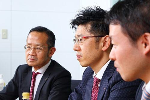 左から松浦端氏(アサヒビール経営企画本部デジタル戦略部部長)、小林伸之氏(アサヒビールマーケティング本部マーケティング第一部担当課長)、土屋俊博氏(NEC経営企画本部主任)。写真は北山 宏一