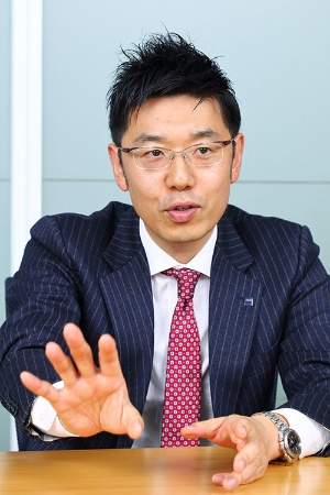 アサヒビールマーケティング本部でマーケティング第一部担当課長を務める小林伸之氏、38歳。中国に7年間赴任して、上海と北京で中小企業診断士のネットワークを立ち上げた(写真は北山 宏一)
