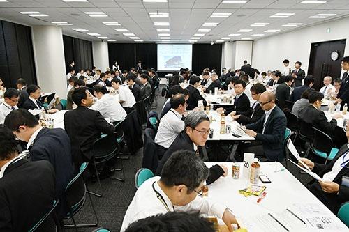 11月10日に開催された企業内診断士会交流会の様子。各社から集まった診断士が様々な課題について話し合った(写真:菊池くらげ)