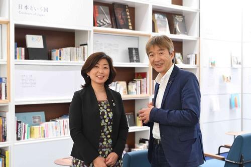 右が猪熊敏博氏、ワコール総合企画室で広報・宣伝部の部長を務める(写真:水野 浩志)