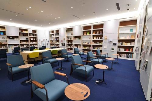美にまつわる珍しい書籍3000冊が並ぶライブラリー。打ち合わせができるスペースも用意されている(写真:水野 浩志)