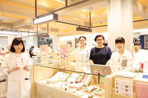 新宿駅新南口駅構内のエキナカに登場した「えんなり」は、全国にある和菓子屋の中から、期間限定で3つのブランドを紹介する直営の和菓子セレクトショップ(写真:鈴木 愛子、以下同)