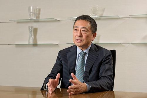 """<span class=""""fontBold"""">えぐさ・こうじ</span> テー・オー・ダブリュー(TOW)代表取締役社長兼最高経営責任者(CEO)。1961年東京生まれ。判例集や、法律政治、経済などの雑誌・書籍を出版する有斐閣の創業家に生まれる。次男。83年立教大学経済学部卒、同年電通に入社。2007年ヘッドハンティングにより、オグルヴィ・アンド・メイザー・ジャパンに入社し、取締役マネージング・ディレクターに就任。10年にTOW入社。執行役員社長室長などを経て12年7月に社長兼最高執行責任者(COO)、13年9月から現職。(写真:山本祐之)"""