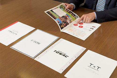 """TOWは、デジタルに強いワン・トゥー・テン・ホールディングスと業務提携しデジタルコンテンツを駆使するユニット「1→TOW」、面白法人カヤックとの""""バズる""""イベントのユニット「TOWAC」、映像会社の太陽企画と映像コンテンツを組み込むユニット「T×T」、PR会社のマテリアルとPRデータを活用するユニット「PRプロモーションズ」等を始めた。写真はプロジェクトの説明資料"""