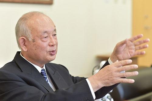 <b>野澤宏(のざわ・ひろし)氏</b><br />1942年生まれ。66年東京電機大学工学部電子工学科卒業後、大明電話工業(現ミライト)勤務を経て、日本電子工学院電子計算部の講師となる。70年、団地の自宅兼事務所で富士ソフトウエア研究所(現富士ソフト)を設立。以後、独立系ソフトウエア開発企業として独自の地位を築く。87年株式を店頭登録。東証2部を経て、98年東証1部に上場。野澤氏は2001年に会長就任、04年会長兼社長、08年会長、11年会長執行役員、12年から現職(写真・菊池一郎)