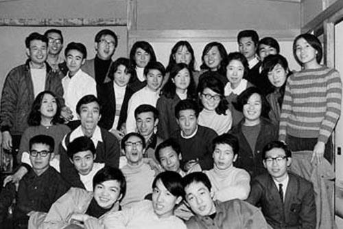 専門学校の講師時代、学生たちと共に(後から2列目左端が野澤氏)