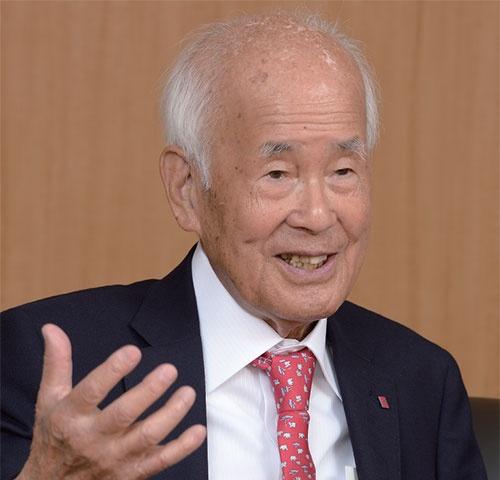 <b>山西義政(やまにし・よしまさ)氏</b><br/>1922年広島県生まれ。20歳で海軍に入隊し潜水艦「伊400型」の機関兵として乗艦。戦後、広島駅前のヤミ市で商売の道に進む。50年衣料品卸山西商店を設立。61年いづみ(現イズミ)を創業し代表取締役社長に就任。93年代表取締役会長、2002年から取締役会長。西日本各地に「ゆめタウン」などを展開。一大流通チェーンを築く。(写真・橋本真宏)