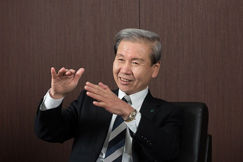 <b>すぎうら・ひろかず</b><br />1950年愛知県生まれ。岐阜薬科大学を卒業後、76年に妻の昭子氏と共に愛知県西尾市に店舗面積16坪のスギ薬局を創業。82年に株式会社化し、社長に就任。2008年に持ち株会社化、09年から現職。地域医療・福祉への貢献などを目的にした公益財団法人杉浦記念財団(昭子氏が理事長)の評議員会長も務める(人物写真:上野英和)