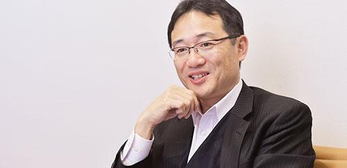 <b>鮫島正洋(さめじま・まさひろ)氏</b><br />1985年東京工業大学金属工学科卒業後、藤倉電線(現・フジクラ)に入社し、電線材料の開発に従事。91年弁理士試験に合格。92年日本アイ・ビー・エム入社。知的財産マネジメントに従事しながら、司法試験の勉強をし、96年司法試験に合格。97年退社して司法研修所に入所。99年第二東京弁護士会登録、弁護士事務所で働き始める。2004年内田・鮫島法律事務所を開設。近著に、『技術法務のススメ 事業戦略から考える知財・契約プラクティス』(日本加除出版)『知財戦略のススメ コモディティ化する時代に競争優位を築く』(共著、日経BP社)。(写真・菊池一郎)