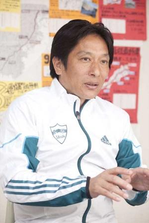 """青山学院大学陸上競技部の原晋(はら・すすむ)監督。1989年、中国電力に入社し、陸上競技部に5年間在籍。引退後は、高額の省エネ空調機械をトップの成績で売り上げるなど中国電力で""""伝説の営業マン""""として活躍。2004年から現職(写真:小野さやか、以下同)"""