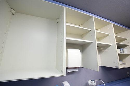 今はがらーんとしている給湯室の戸棚。かつてはゴミ屋敷のようにモノが詰め込まれていたが……(写真:的野弘路)