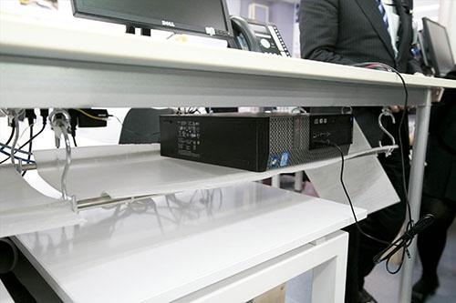 デスクトップのパソコンの本体は、机の下にラックをつくって収納。こちらも省スペース(写真:的野弘路)