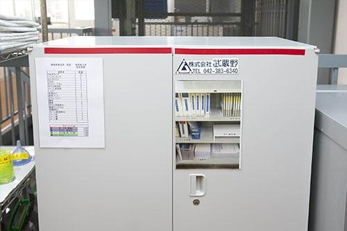 個人情報を収納する棚は、特例的に扉OK。だから赤いテープを貼る。さらに中に何が入っているかを写真で「見える化」(写真:的野弘路)