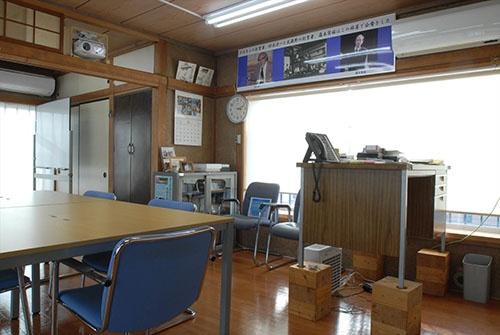 会議室を兼ねた社長室。右側の社長の机は、古いデスクの足を木材を使って伸ばし、立ち机に。「社長の椅子」は捨てた(写真:栗原克己)
