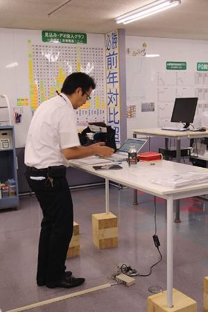 外回りが多い営業の社員は個人デスクを持たない。共有の立ち机でさっさと事務処理を済ます(写真:鈴木愛子)