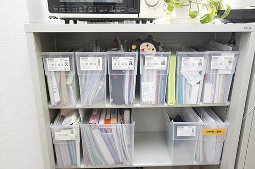 会社に置ける私物は書類ケース1箱分まで。透明なケースを使うのがルール(写真:的野弘路)