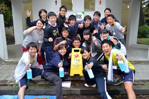 昨年行われた武蔵野の内定者研修で、公衆トイレを掃除。最初は恐々と掃除を始めた学生たちだが、徐々にテンションがアップ。大いに盛り上がって終わった(撮影:栗原克己)