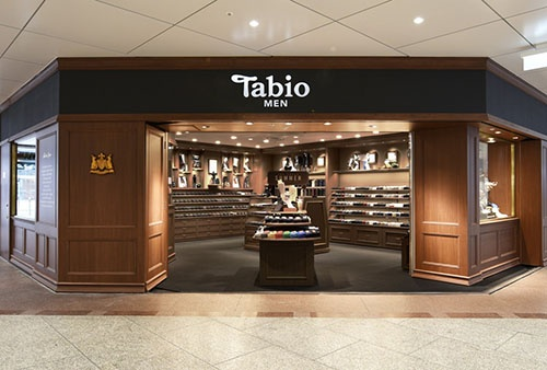紳士靴下専門店「Tabio MEN」阪急三番街店。「靴下屋」「Tabio」などのブランドで、フランチャイズを含めると全国に約300店舗を展開する