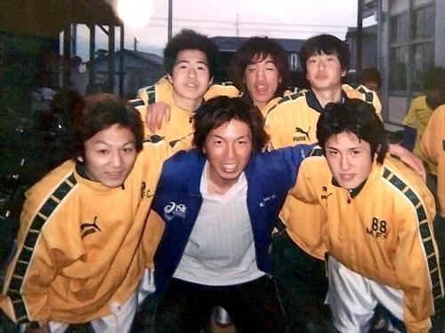 プロのサッカープレーヤーになることを夢見ながら、非常勤講師として高校のサッカー部のコーチを務めていたときもあった。前列中央が金谷氏