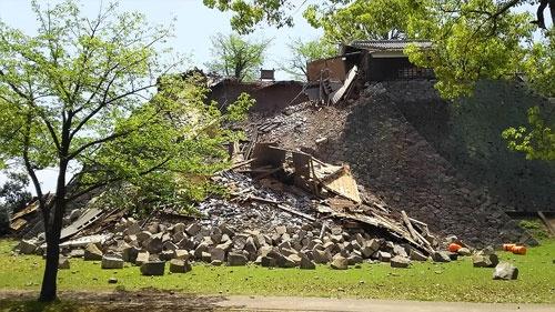石垣が崩れた熊本城。復旧までには時間がかかりそうだ(写真:菅敏一)