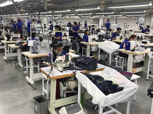 ミシンで縫製している従業員たち。多くの工程で手作業が入るため、作業効率に個人差がある。全員のスキルが高まれば工場の生産性は格段に向上する