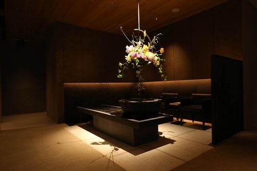 「柿安 銀座別邸」のエントランス。夜のみの営業で、客単価は3万円を想定。部屋は5つだけ(写真:陶山 勉)