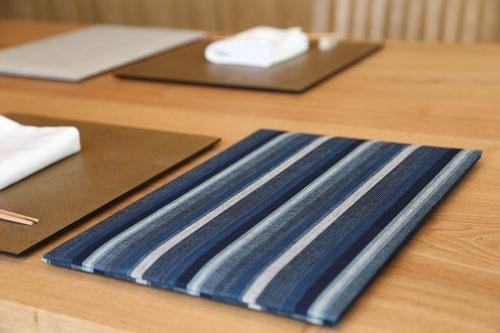藍色を基調にした縞模様が松阪木綿の特徴。赤塚社長のこだわりはメニューブックをはじめ細部にわたる(写真:陶山 勉)
