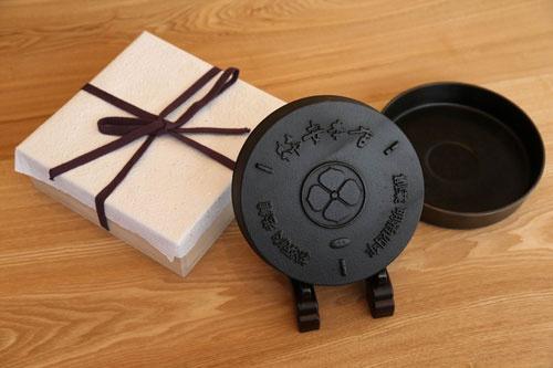 柿安の看板メニューと言えばすき焼き。すき焼き鍋も三重県産のものを使用する(写真:陶山 勉)