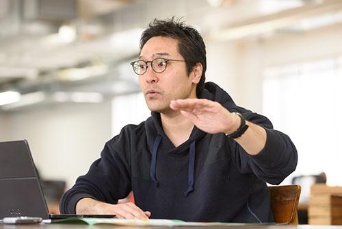 """<span class=""""fontBold"""">菊池 紳</span>きくち・しん。プラネット・テーブル代表取締役社長。起業家。ビジネス・デザイナー。1979年東京生まれ。大学卒業後、金融機関や投資ファンドなどを経て、2013年に官民ファンドの創立に参画し、農畜水産業や食分野の支援に従事。14年にプラネット・テーブルを設立。「SEND」(17年度グッドデザイン金賞受賞)「SEASONS!」「FarmPay」などITによる新しい食材流通のためのサービスを開発・運営中。起業家を称えるNext Rising Star Award、EY Innovative Startup 2017も受賞している(写真:山本祐之)"""