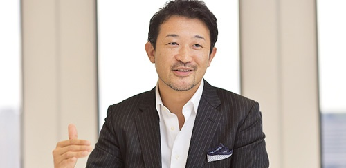 <b>吉松徹郎(よしまつ・てつろう)氏</b> 1972年生まれ。茨城県出身。東京理科大学卒業。96年、アンダーセンコンサルティング(現アクセンチュア)入社。99年、アイスタイルを設立し、社長に就任。同年12月、化粧品口コミサイト「@cosme」をオープン。2000年に株式会社化。ニュービジネス協議会主催「第6回ニュービジネスプランコンテスト」優秀賞、「日経インターネットアワード2002ビジネス部門」日本経済新聞社賞など受賞歴多数。2012年3月に東京証券取引所マザーズに上場。同年11月東証1部へ市場変更。(写真・菊池一郎、以下同)