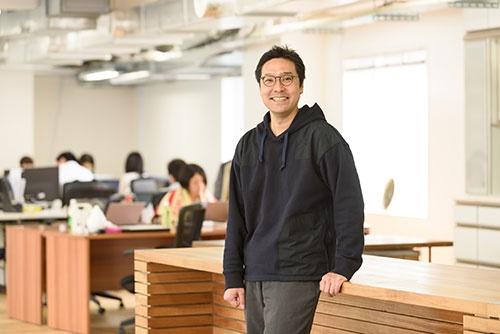 """<span class=""""fontBold"""">菊池 紳(きくち・しん)</span>プラネット・テーブル代表取締役社長。起業家。ビジネス・デザイナー。1979年東京生まれ。大学卒業後、金融機関や投資ファンドなどを経て、2013年に官民ファンドの創立に参画し、農畜水産業や食分野の支援に従事。14年にプラネット・テーブルを設立。「SEND」(17年度グッドデザイン金賞受賞)、「SEASONS!」「FarmPay」などITによる新しい食材流通のためのサービスを開発・運営中。起業家をたたえるNext Rising Star Award、EY Innovative Startup 2017も受賞している(写真:山本祐之)"""