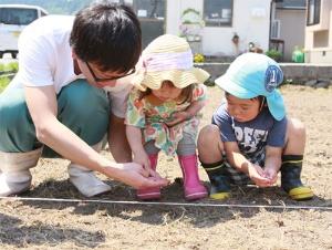 石川県白山市でひまわりの種をまく子ども達(写真提供:同プロジェクト)