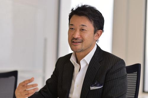 <b>吉松徹郎(よしまつ・てつろう)氏</b><br />1972年生まれ。茨城県出身。東京理科大学卒業。96年、アンダーセンコンサルティング(現アクセンチュア)入社。99年、アイスタイルを設立し、社長に就任。同年12月、化粧品口コミサイト「@cosme」をオープン。2000年に株式会社化。ニュービジネス協議会主催「第6回ニュービジネスプランコンテスト」優秀賞、「日経インターネットアワード2002ビジネス部門」日本経済新聞社賞など受賞歴多数。2012年3月に東京証券取引所マザーズに上場。同年11月東証1部へ市場変更(写真:菊池一郎、以下同)