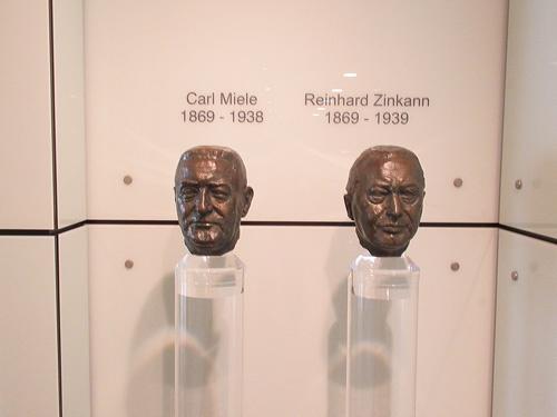 会社の入り口付近には、創業者のカール・ミーレ氏(左)とラインハルト・ツィンカン氏(右)の銅像がある