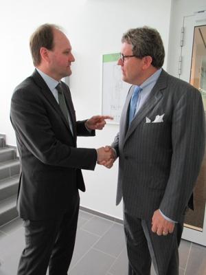 握手しながら互いのバケーションについて話し続ける2人の社長。とても仲がいい