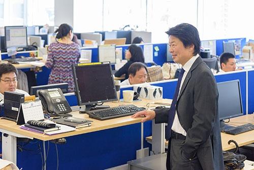 <b>おおた・けんじ</b> チューリッヒ・ライフ・インシュアランス・カンパニー・リミテッド(日本支店)日本における代表者兼最高経営責任者。1963年東京都生まれ。米スタンフォード大学大学院経営学修士(MBA)課程修了。85年ソニーに入社後、92年ジェミニ・コンサルティング・ジャパンに転職。2002年AIGに転職、常務執行役員、06年からAIGイースト・アジア・ホールディングス・マネジメント・インク常務執行役員やリージョナル・バイス・プレジデントを務める。09年からアメリカン・ライフ・インシュアランス・カンパニー日本支店(現メットライフ生命保険)専務執行役員。12年から現職。上の写真は、同社内の社長席。普段、立って執務に当たっている。(写真:山本 祐之)