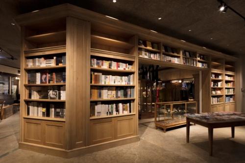 ブティックや居酒屋などが複合する「ヒビヤ セントラル マーケット」の本棚。237坪もある店内で、書籍が置かれているのはこの棚周辺のみ