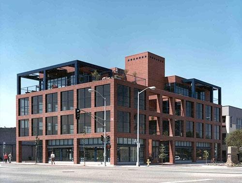 ソースネクストの米国オフィスが入っているシリコンバレーのビル。シリコンバレーでは、オフィスだけでなく、日本食レストランや自宅で取引の話が進む