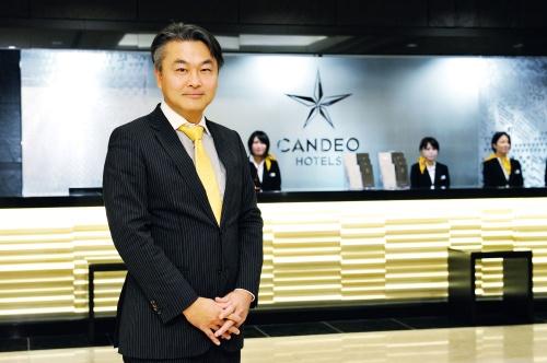 """<span class=""""fontBold"""">穂積 輝明(ほづみ・てるあき)</span><br />カンデオ・ホスピタリティ・マネジメント代表取締役会長兼社長。1972年京都生まれ。99年、京都大学大学院工学研究科修了後、スペースデザイン入社。開発直営型のサービスアパートメントやサービスオフィスの事業の立ち上げに携わる。2003年クリード入社。ホテル開発事業・新規事業の立ち上げなどを経験。05年カンデオ・ホスピタリティ・マネジメントを創業し代表取締役社長に就任。12年、MBOにより独立。現在、建設中も含め国内25ホテル4500室を展開中。『日経ビジネス』が実施した満足度ランキングホテル編ビジネスホテルの部で12年と17年の2回連続日本一を獲得(調査は5年に1度)"""