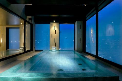 17年開業の東京六本木店の「スカイスパ」。「都会の中心で、最上階の露天風呂という特別な体験」が売り。ビジネスホテルともラグジュアリーホテルとも違う造り