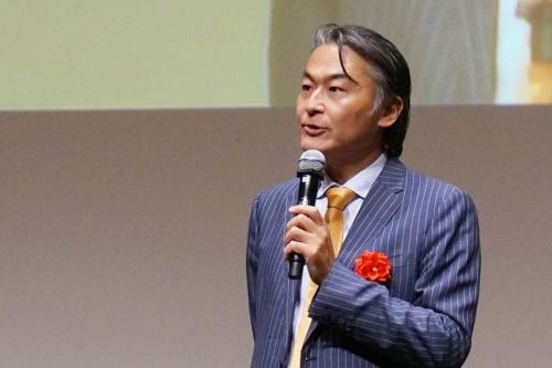 """<span class=""""fontBold"""">穂積 輝明(ほづみ・てるあき)</span><br />カンデオ・ホスピタリティ・マネジメント代表取締役会長兼社長。1972年京都生まれ。99年、京都大学大学院工学研究科修了後、スペースデザイン入社。開発直営型のサービスアパートメントやサービスオフィスの事業の立ち上げに携わる。2003年クリード入社。ホテル開発事業・新規事業の立ち上げなどを経験。05年カンデオ・ホスピタリティ・マネジメントを同社の下で創業し代表取締役社長に就任。12年、MBOにより独立。現在、建設中も含め国内25ホテル4500室を展開中。『日経ビジネス』が実施した満足度ランキングホテル編ビジネスホテルの部で12年と17年の2回連続日本一を獲得(調査は5年に1度)"""