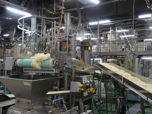 岩塚製菓では、良質の国産米を加工、米菓に仕上げている。40年前に台湾の旺旺企業集団がこの生産技術に目を見張り、岩塚製菓と提携後、中国に米菓市場を創り出した