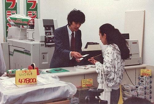 フィルムの現像などが主力事業だった頃、明も店頭で接客した