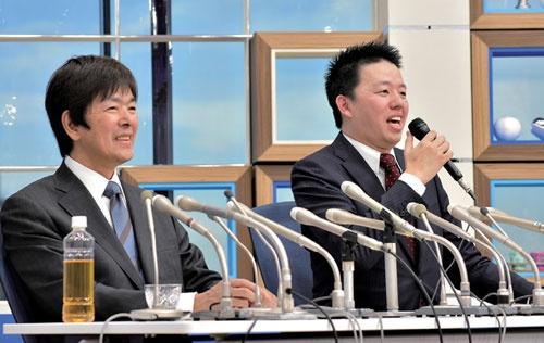 社長交代の記者会見。明は会長など一切の役職に就かなかった(写真/菊池一郎)