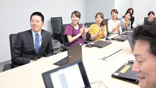 旭人は1日に10程度の会議に出席する。時には社員を厳しく叱責することも(写真/鈴木愛子)
