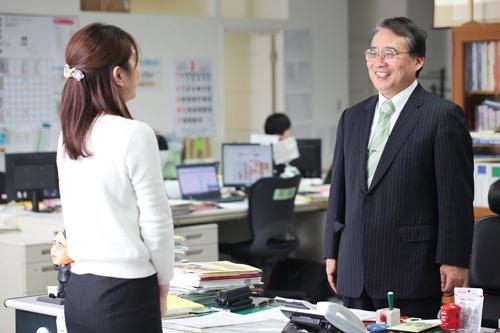 挨拶は相手の目を見て、笑顔で交わすのが社内のルール(写真:鈴木愛子)