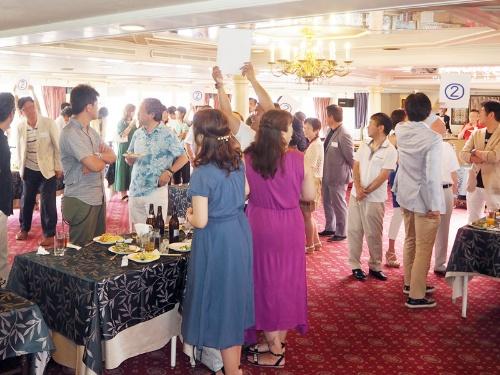 エー・ディー・ワークスでは、顧客の富裕層と日頃から交流を深めている。写真は、オーナーズクラブ「Royaltorch」の会員を対象にした「夏の交流会」東京湾クルーズパーティー(2018年7月開催)