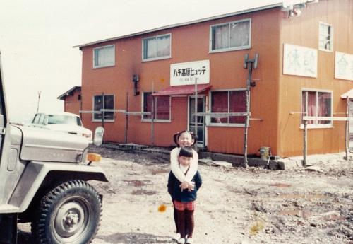 一ノ本氏の幼少時代(写真手前)。背景に父親が始めた最初の宿泊施設「ハチ高原ヒュッテ」